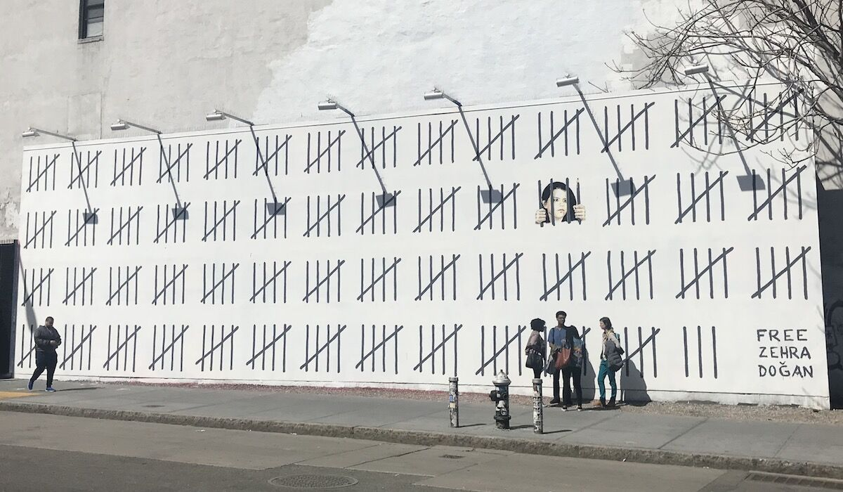 A mural by Banksy and Borf in New York City calling for the release of Turkish artist and journalist Zehra Doğan. Photo by Benjamin Sutton for Artsy.