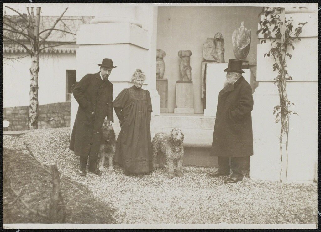 Rodin, Rose, Rilke dans le jardin de Meudon en compagnie de deux chiens (Rodin, Rose, Rilke at the Meudon garden in the company of two dogs)