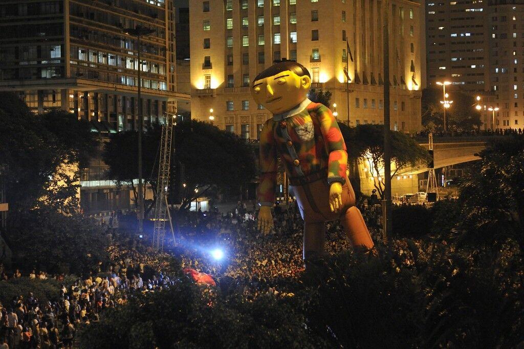 """Espetáculo """"O Estrangeiro"""", 2009, realizado no Vale do Anhangabaú, no centro de São Paulo, em colaboração com o grupo francêsPlasticienVolants."""