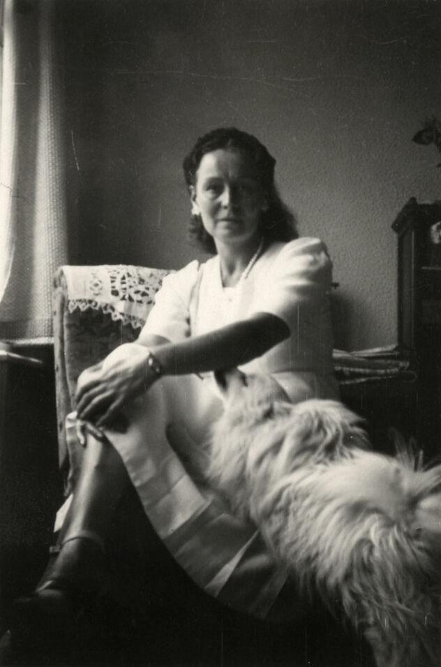 Georgette Magritte et Jackie, son chien dans l'appartement du Coq sur Mer