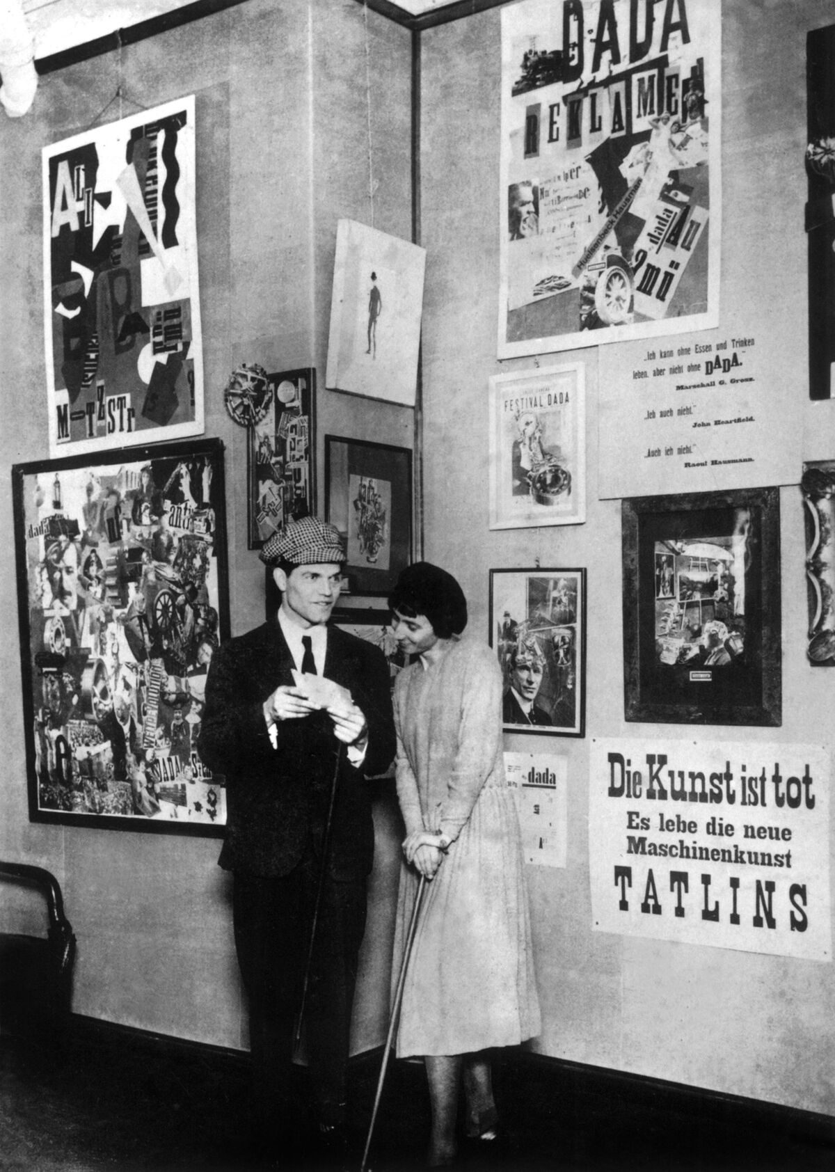 Raoul Hausmann y Hannah Höch en la Feria Internacional de Dada en Berlín, 1920. Foto por Apic / Getty Images.