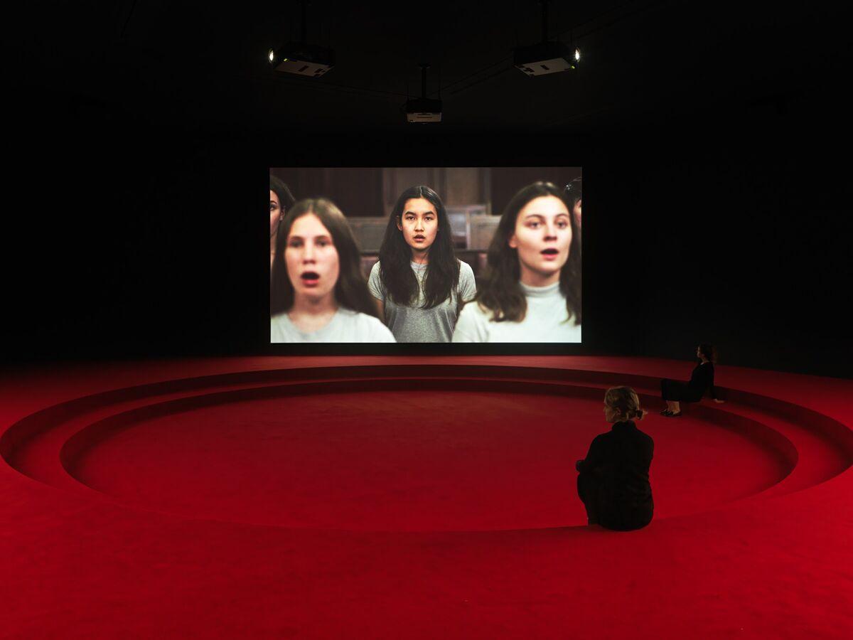 """Vista da instalação de Angelica Mesiti, """"Assembly"""", para o Pavilhão da Austrália na 58ª Bienal de Veneza, 2019. Foto © Josh Raymond.  Cortesia do artista e Galeria Anna Schwartz, Austrália e Galerie Allen, Paris."""