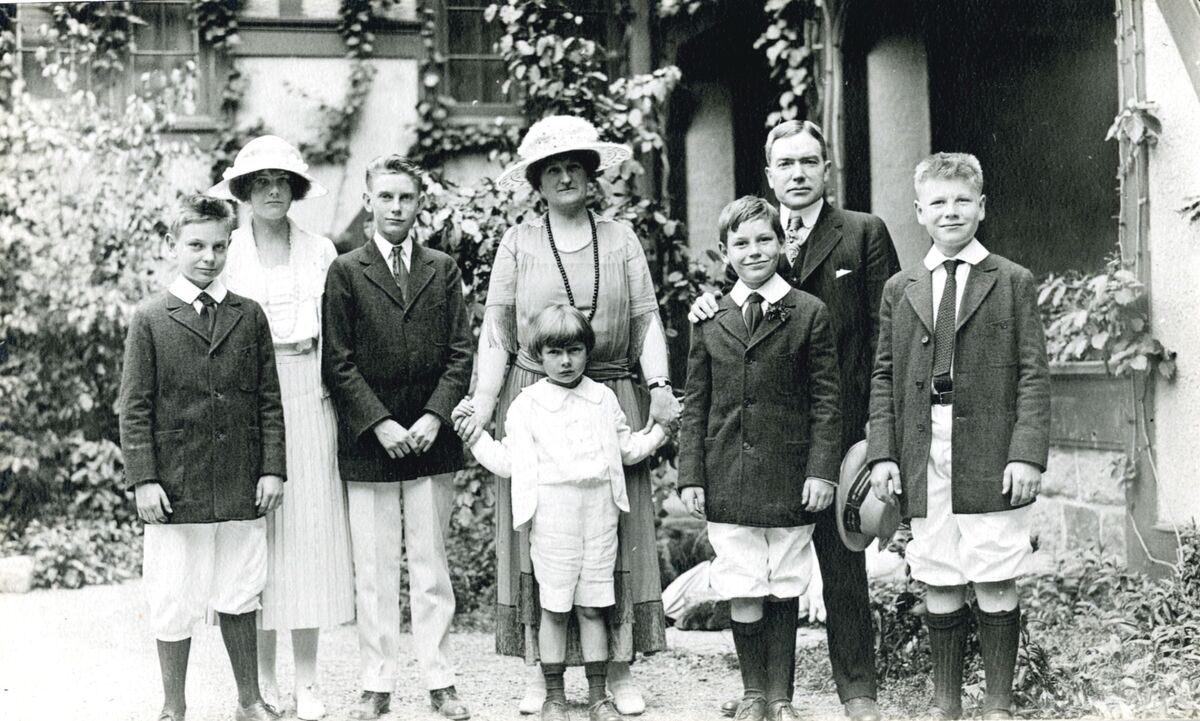 David Rockefeller (center) with his mother, father, and siblings. © Rockefeller Archive Center. Courtesy of Christie's.