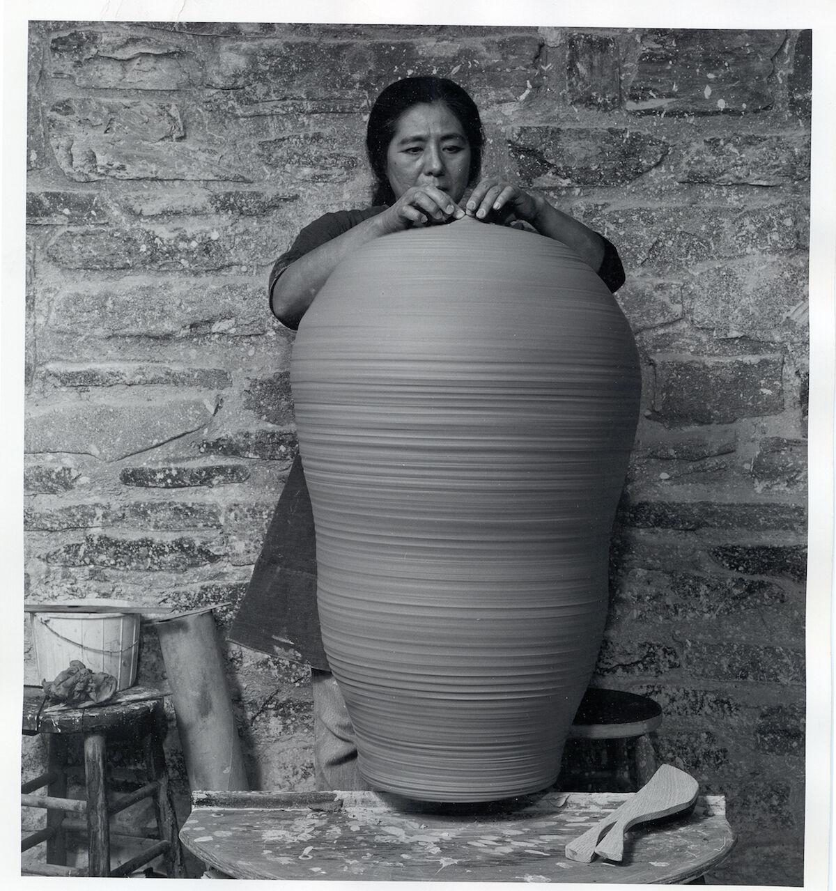 Toshiko Takaezu, 1974. Photographer unknown. Toshiko Takaezu papers. Courtesy Archives of American Art, Smithsonian Institution.