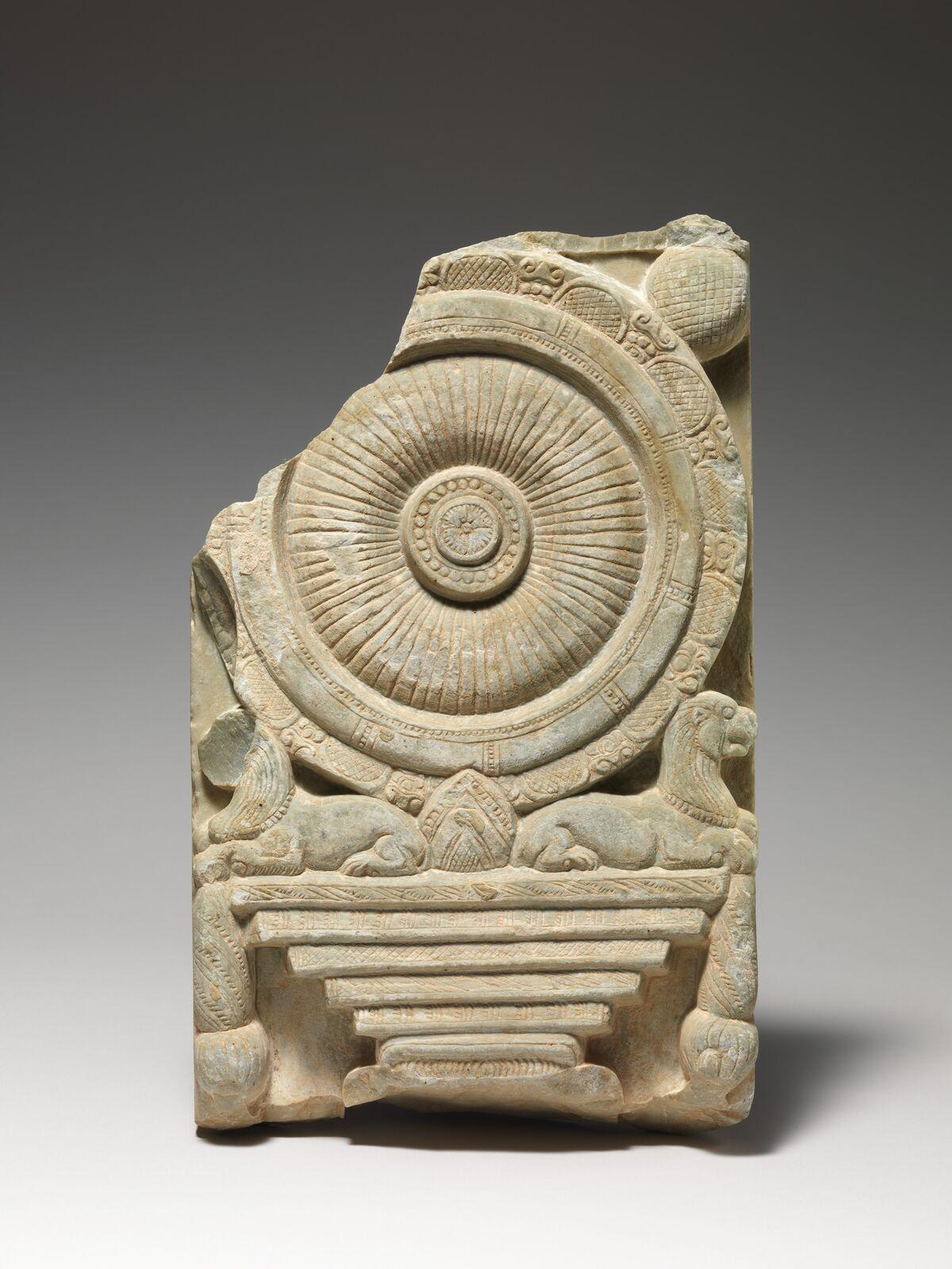 """Alivio """"Dharmachakrastambha"""" (Pilar de la Rueda Budista de la Ley) Alivio, siglos 2 y 3 A, D.  India (probablemente Nagarjunakonda, Andhra Pradesh).  Cortesía del Museo Metropolitano de Arte."""