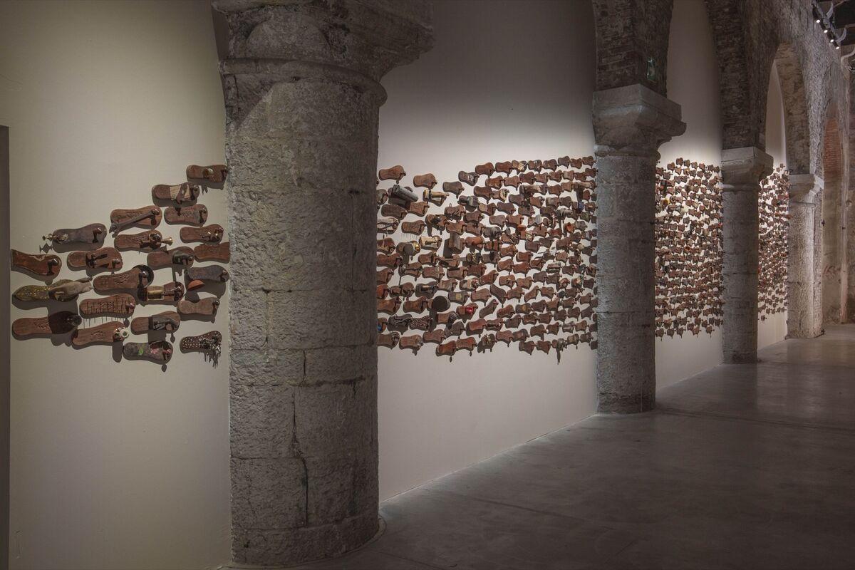 """Vista da instalação do Pavilhão da Índia, """"Nosso Tempo para um Futuro Cuidar"""", com GR Iranna, Naavu (Nós Juntos), 2012, na 58ª Bienal de Veneza, 2019. Cortesia do artista."""