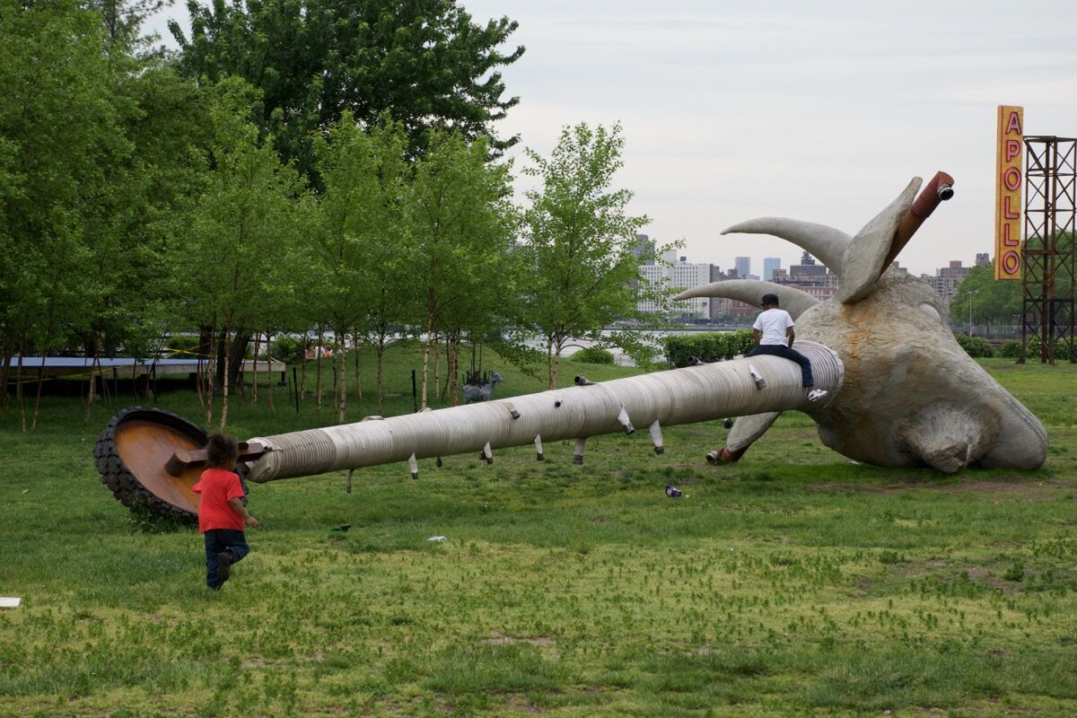 Nari Ward, Scapegoat, 2017. Courtesy of the artist; Socrates Sculpture Park; Lehmann Maupin, New York and Hong Kong; and Galleria Continua.