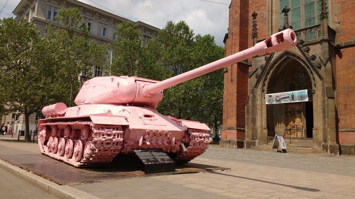 David Černy, Pink Monument to Soviet Tank Crews, 1991. Foto de Debarshi Ray, a través de Flickr.