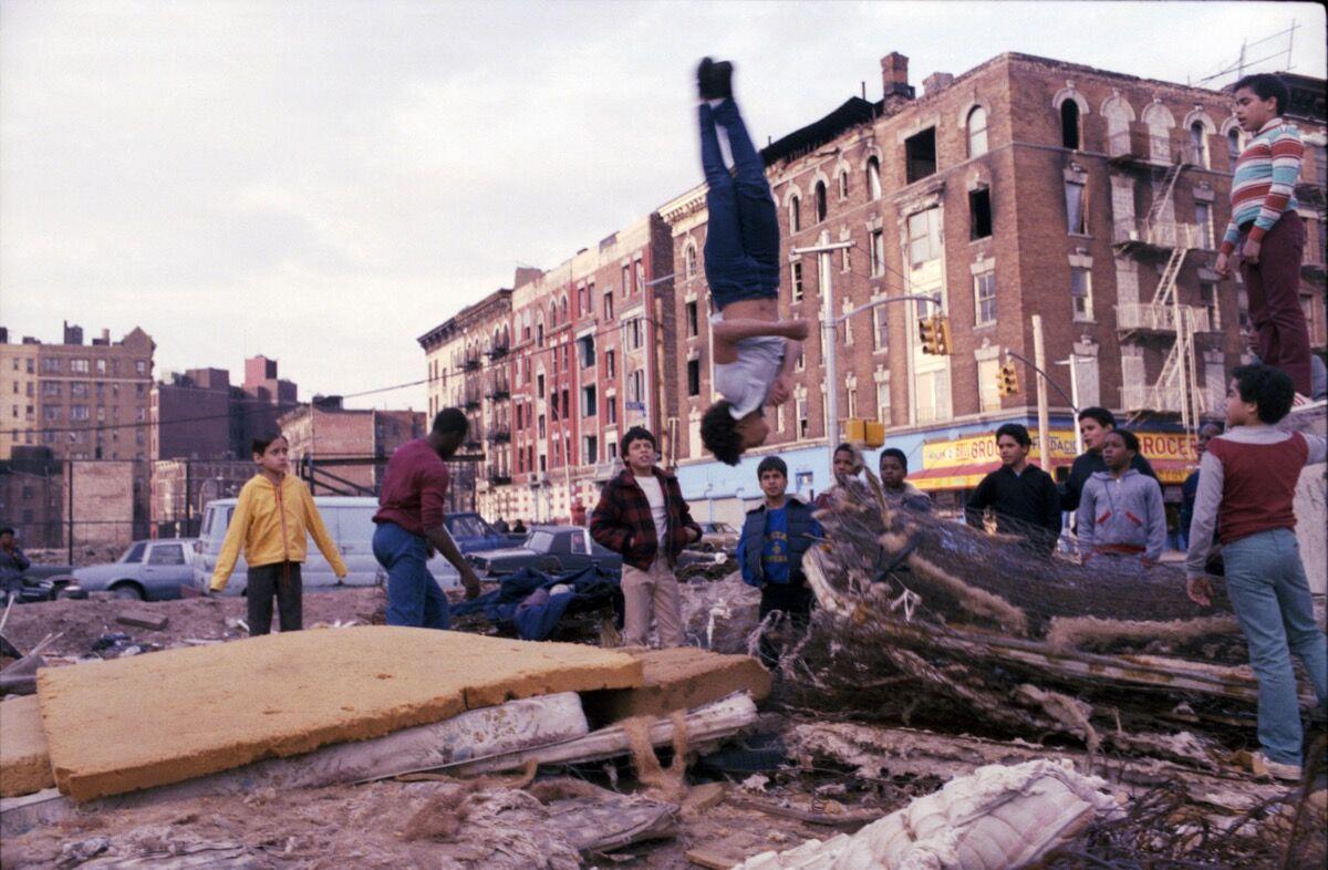 Henry Chalfant, Mattress Acrobat, Hoe Avenue, Bronx, 1987. © 2018 Henry Chalfant / Artists Rights Society (ARS), Nueva York.  Cortesía de la Galería Eric Firestone, Nueva York.