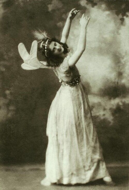 Isadora Duncan as the first fairy in Midsummer Night's Dream. Photo via Wikimedia Commons.