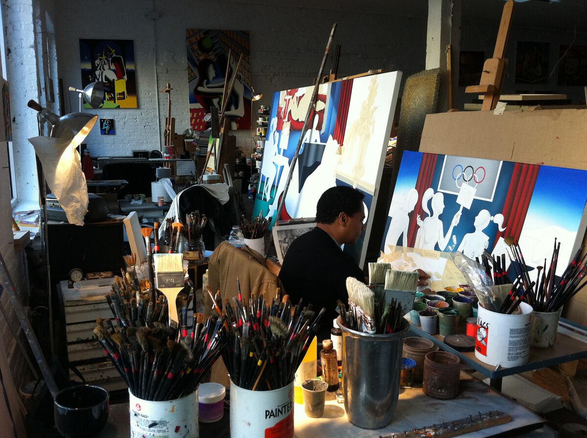 助手在Mark Kostabi的工作室裡畫畫。 照片由Mark Kostabi提供。