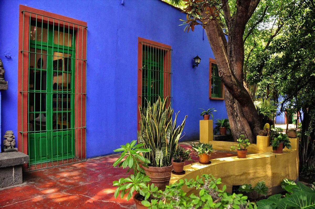 Frida Kahlo's Casa Azul in Mexico City. Image via Wikimedia Commons.