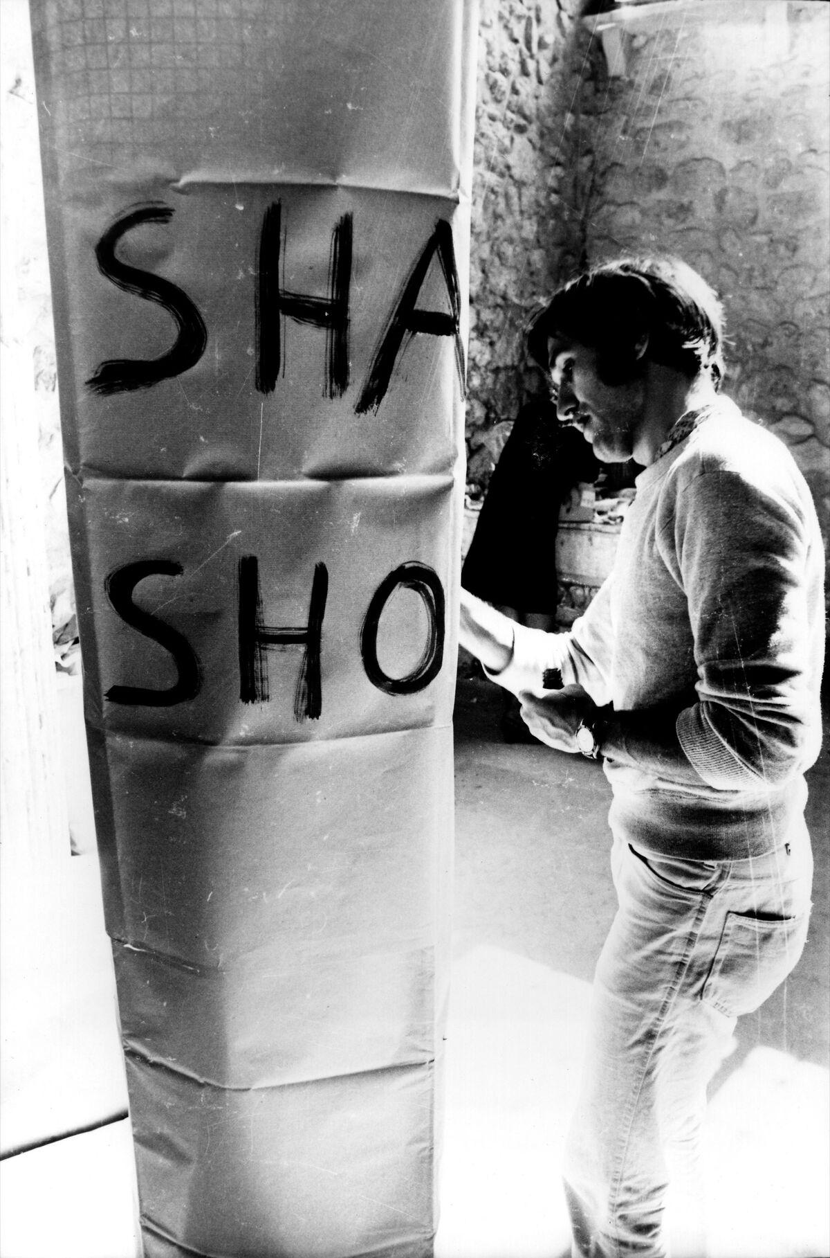 Alighiero Boetti working on Shaman-Showman at Arte Povera, 1968. Photo by Bruno Manconi. Courtesy of Archivo Lia Rumma.