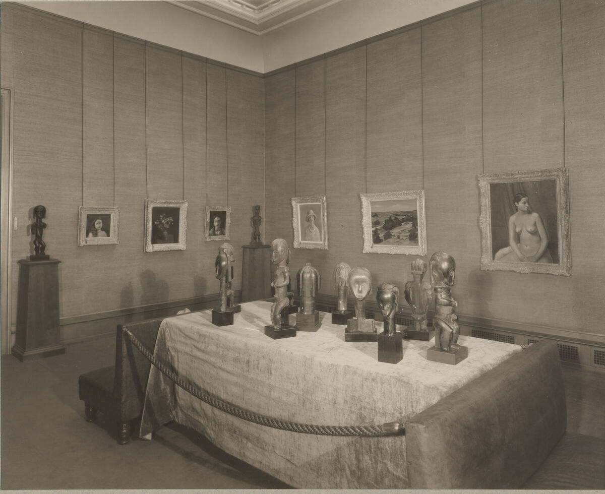 Exhibition of Paintings by Derain, Early African Heads and Statues from the Gabon Pahouin Tribes at the Durand-Ruel Galleries New York, 1933. Image courtesy of Archives Durand-Ruel. ©Durand-Ruel& Cie, André Derain © 2017 Artists Rights Society (ARS), New York / ADAGP, Paris. Courtesy of Almine Rech.