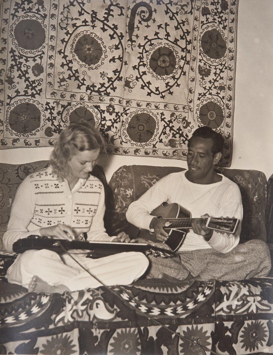 Doris Duke and Sam Kahanamoku playing slide and acoustic guitars, 1939. Photo by Martin Munkácsi. Shangri La Historical Archives, Doris Duke Foundation for Islamic Art, Honolulu, Hawai'i. Gift of Hope Cromwell Hopkins.