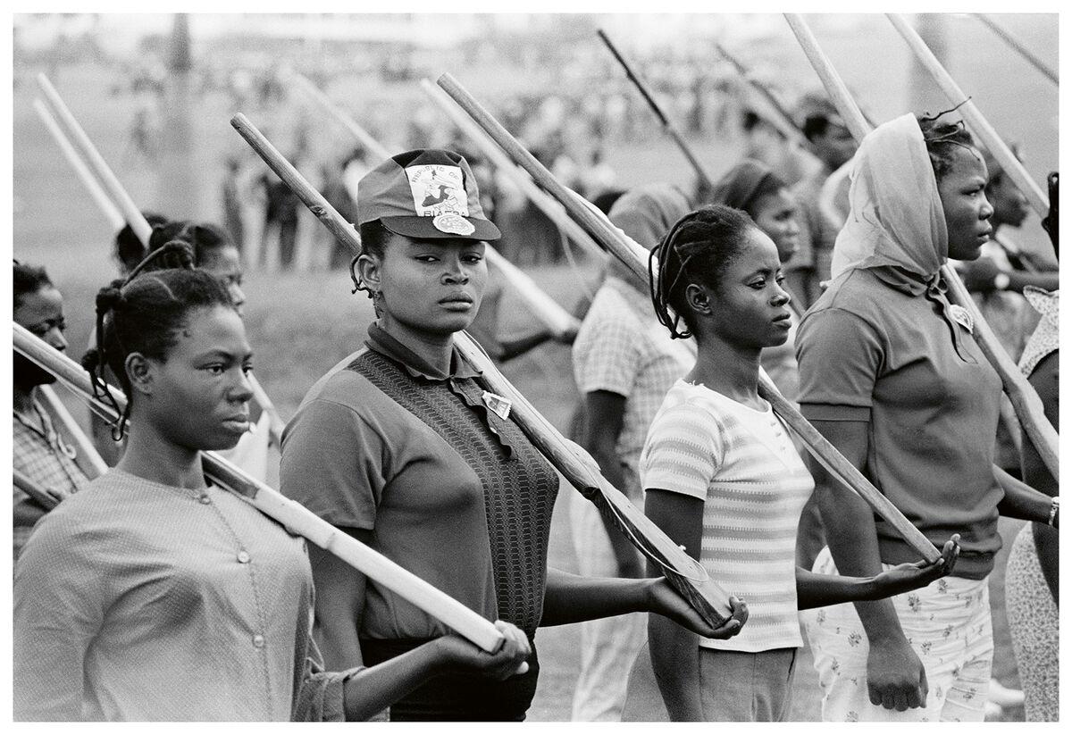 Priya Ramrakha, Women and men volunteers training as Biafra troops, Enugu, Nigeria, c. 1967. © Priya Ramrakha.