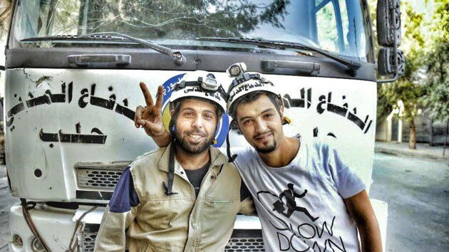 Photograph taken and tweeted by Mahmoud al-Basha (pictured himself, on the right). Image courtesy of the artist, via Twitter.