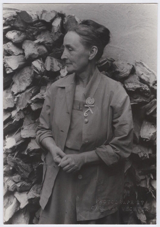 Carl Van Vechten, Georgia O'Keeffe at Abiquiu, NM, 1950. Photo © Van Vechten Trust. Artwork © 2017 Calder Foundation, New York / Artists Rights Society (ARS), New York.