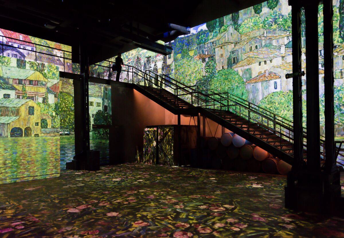 An installation view of Atélier des Lumières, with work by Gustav Klimt. Photo by E. Spiller. © Culturespaces.