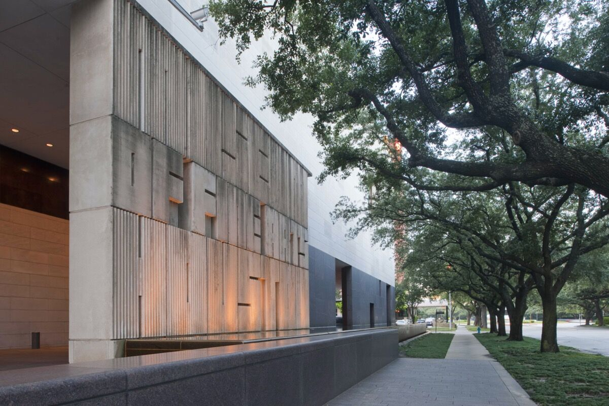 Exterior view of Museum of Fine Arts, Houston. Photo by Robb Williamson. Courtesy of the Museum of Fine Arts, Houston.