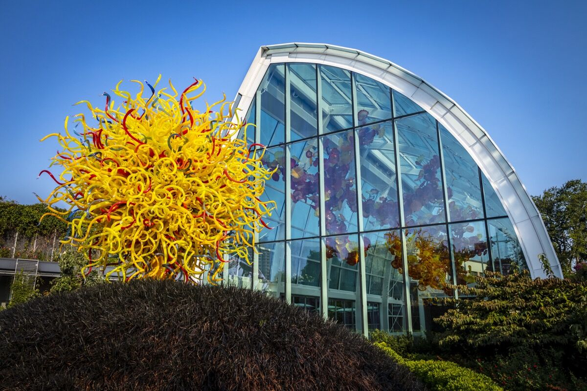 Dale Chihuly, Pacific Sun, 2011 and Glasshouse Sculpture, 2012 at Chihuly Garden and Glass, Seattle. Photo by Nathaniel Wilson. © 2012 Chihuly Studio.