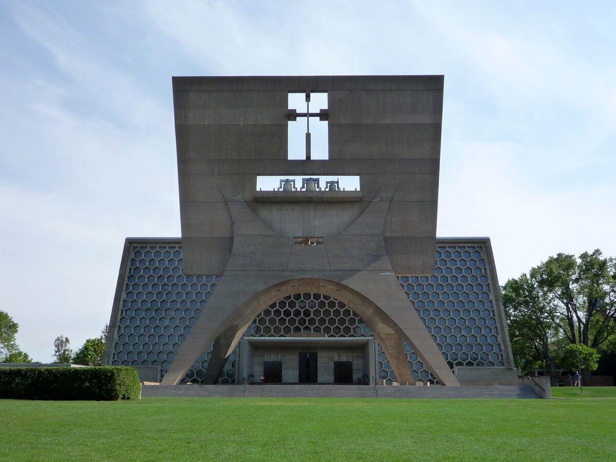 Saint John's Abbey Church, Collegeville, Minnesota, 2009. Photo by Bobak Ha'Eri, via Wikimedia Commons.