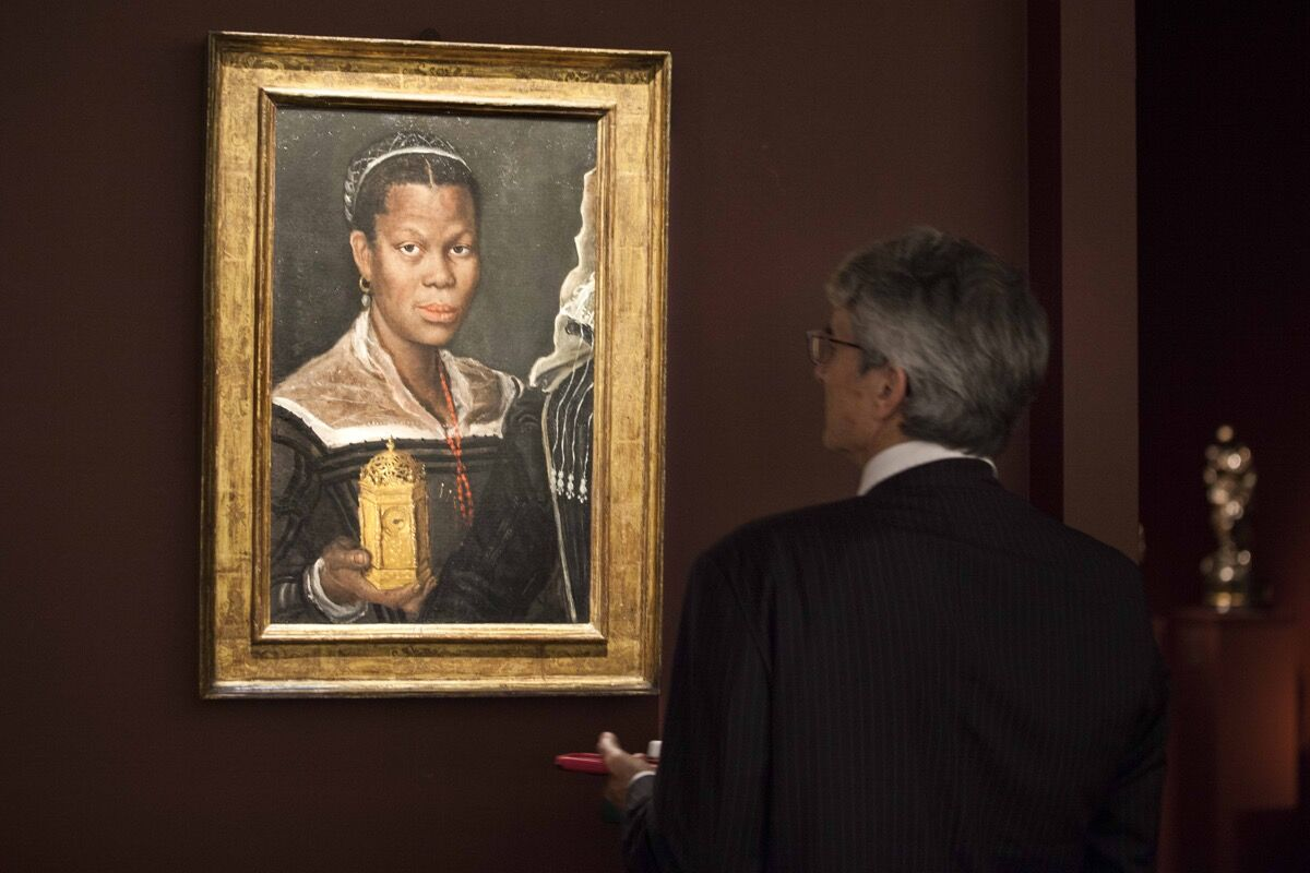 Annibale Carracci, Portrait of an African Woman holding a clock, circa 1585, on view at Tomasso Brothers Fine Art at TEFAF Maastricht, 2017. Photo by Loraine Bodewes. Courtesy of TEFAF Maastricht.
