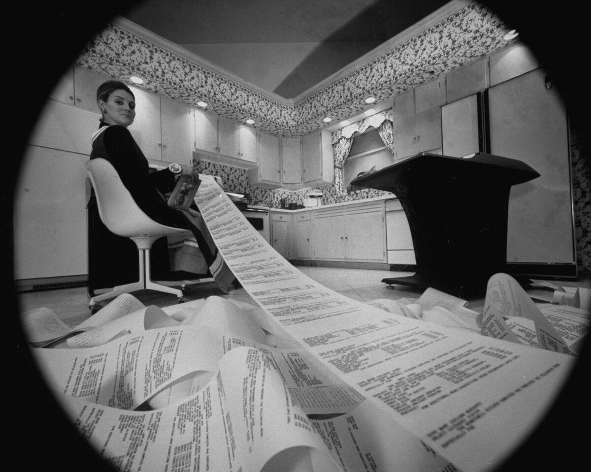 Computadora de cocina Honeywell utilizada para menús, presupuestos y otros cálculos domésticos;  sugerencia de regalo de Navidad inusual en la tienda del departamento de Neiman-Marcus.  Foto de Yale Joel / The LIFE Picture Collection a través de Getty Images / Getty Images.