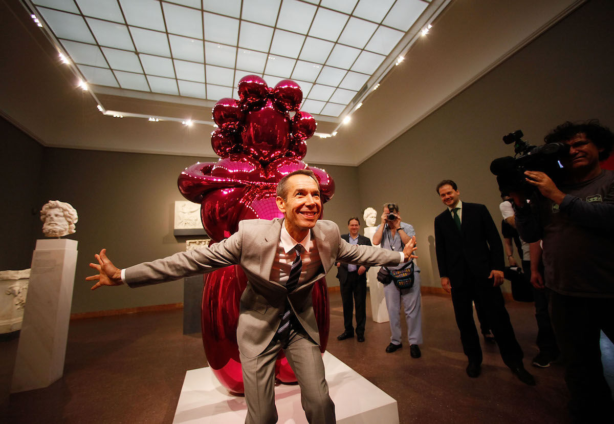 Jeff Koons with his sculpture Balloon Venus (2012). Photo by Ralph Orlowski/Getty Images.