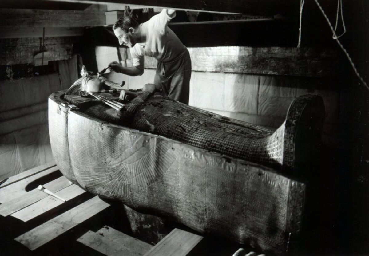 Howard Carter en la tumba del rey Tutankamón, ca.  1925. Foto de Harry Burton.  Imagen vía Wikimedia Commons.