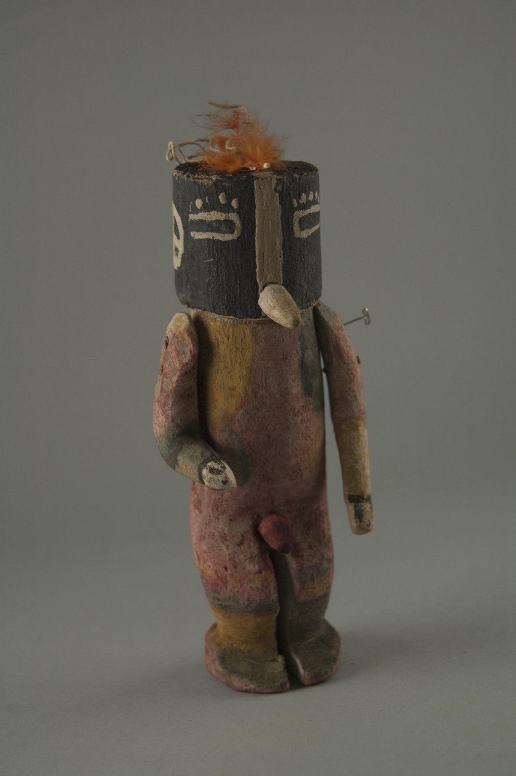 Pueblo Hopi (Nativos Americanos), Kachina Doll (Kokopol, Kokopelli), de finales del siglo XIX.  Foto vía el Museo de Brooklyn.