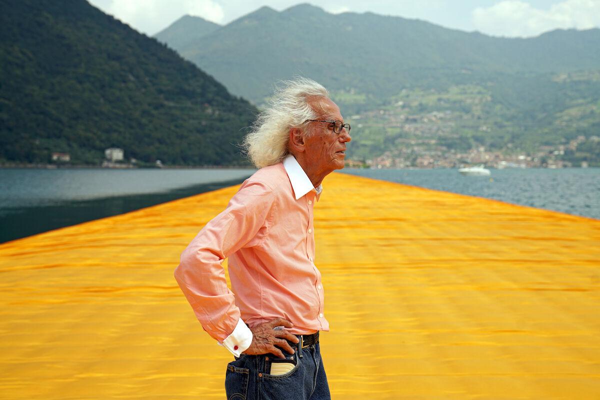 Christo sobre a obra The Floating Piers, 2016. Foto de Wolfgang Volz. Cortesia do artista.