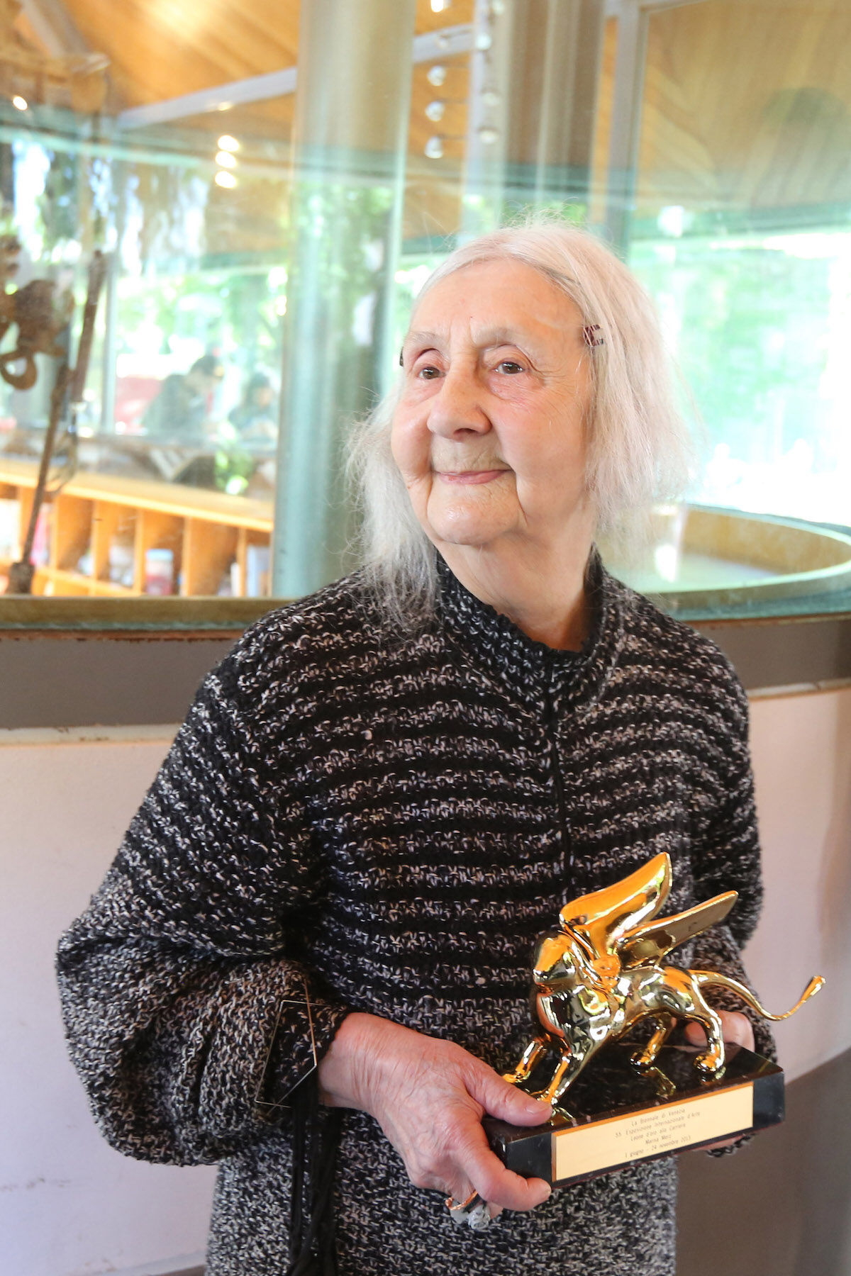 Marisa Merz with the Golden Lion for Lifetime Achievement, which she won at the 2013 Venice Biennale. Photo by Barbara Zanon/Getty Images.