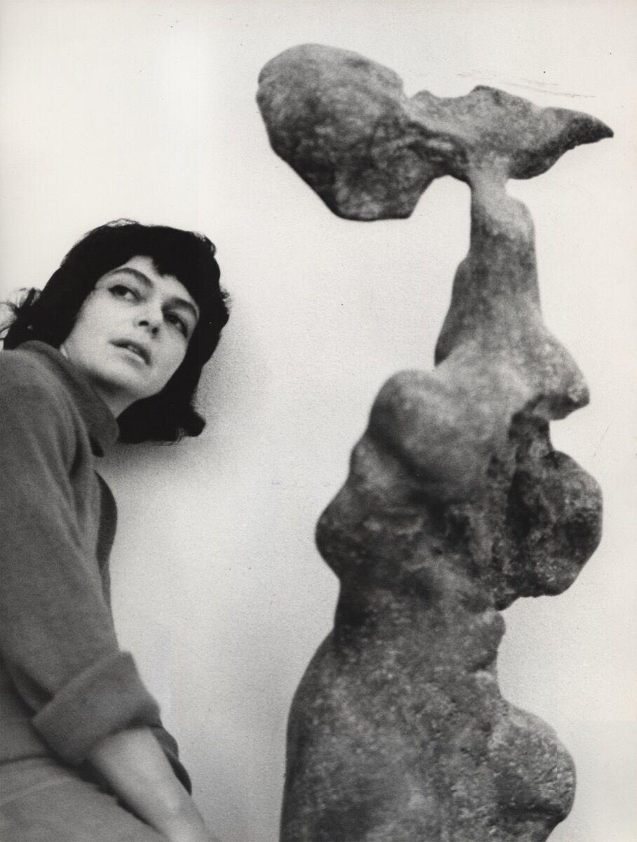 The artist with her work Naga (Naked), 1961. © ADAGP, Paris 2017. The Alina Szapocznikow Archive / Piotr Stanislawski / National Museum in Krakow. Photo by Marek Holzman. Courtesy of the Museum of Modern Art, Warsaw.