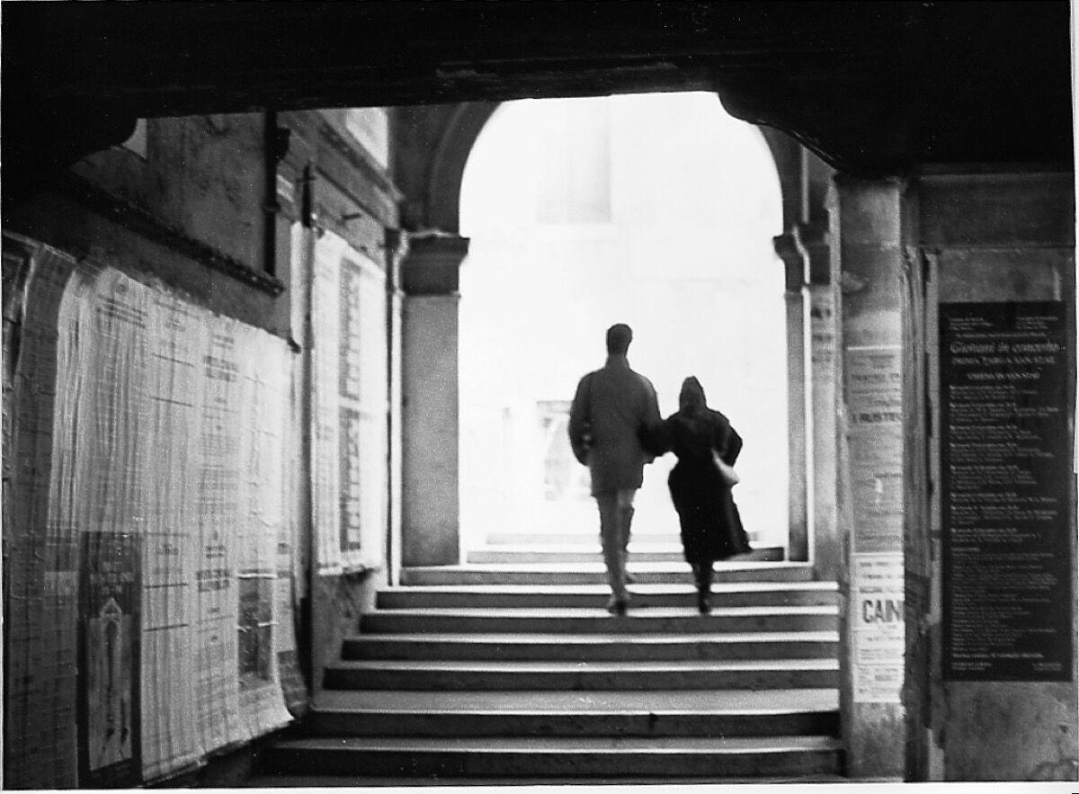 """Sophie Calle, Suite Vénitienne, 1980. """"A fines de enero de 1980, en las calles de París, seguí a un hombre al que perdí de vista minutos después entre la multitud.  Esa misma noche, por casualidad, me presentaron en una inauguración.  Durante el curso de nuestra conversación, él me dijo que estaba planeando un viaje inminente a Venecia.  Así que decidí seguirlo """". © Sophie Calle / ADAGP, París & amp;  ARS, Nueva York, 2018. Cortesía de Perrotin."""