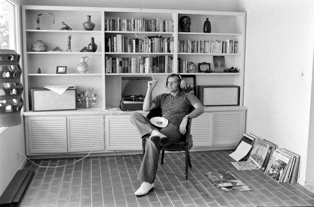 El actor de cine estadounidense Jack Nicholson fuma y escucha música con unos auriculares en su casa, Los Ángeles, California, 1969. Foto de Arthur Schatz / The LIFE Picture Collection a través de Getty Images / Getty Images.