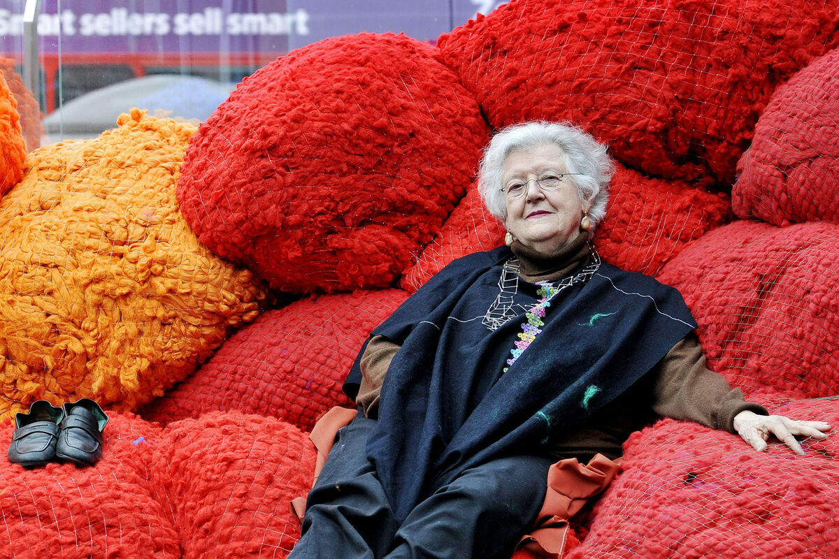 "Portrait of Sheila Hicks with her installation from ""Foray into Chromatic Zones,"" London, 2015. Courtesy of PA Images / Alamy Stock Photo."