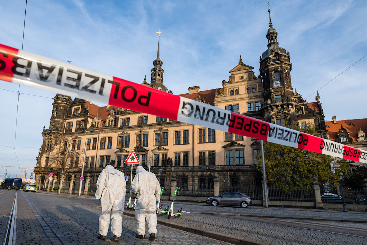 Police investigators outside the Grünes Gewölbe in Dresden following a heist on November 25, 2019. Photo by Jens Schlueter/Getty Images.