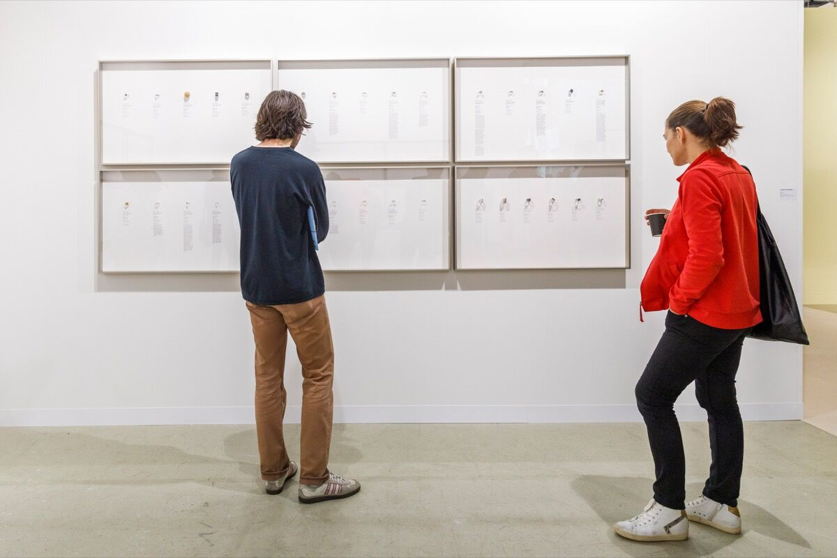 Vista da instalação do estande de Carlos / Ishikawa na Art Basel, 2019. Cortesia da Art Basel.