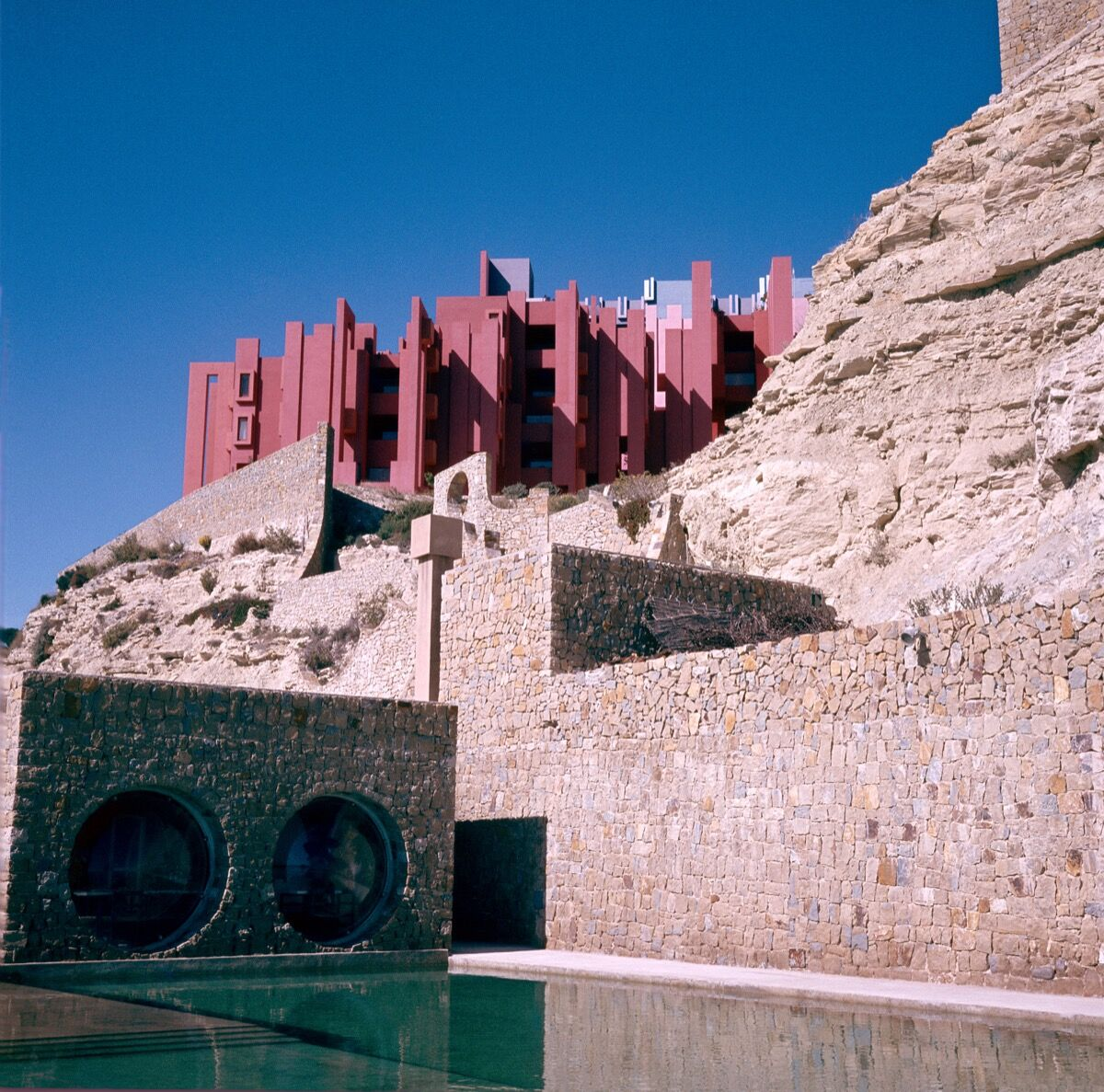 "Ricardo Bofill, La Muralla Roja (""The Red Wall""), 1973. Courtesy of Ricardo Bofill Taller de Arquitectura."