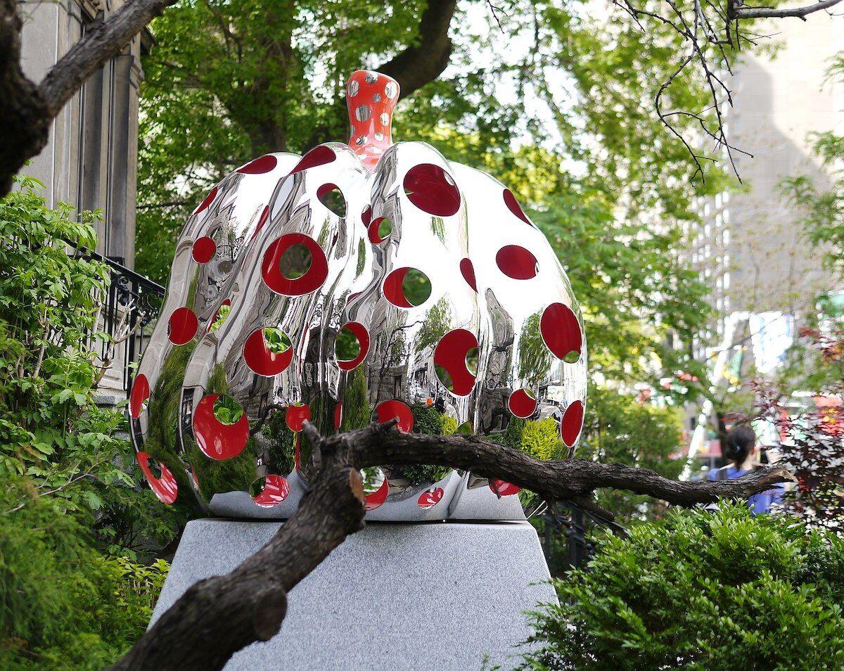 Yayoi Kusama's Pumpkin, 2015 in Montréal. Image via Wikimedia Commons.