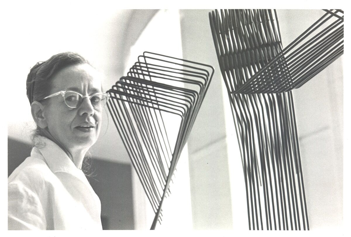 Gego in the Museo de Bellas Artes, 1962. Photo by Jospeh Fabry. © Fundación Gego.