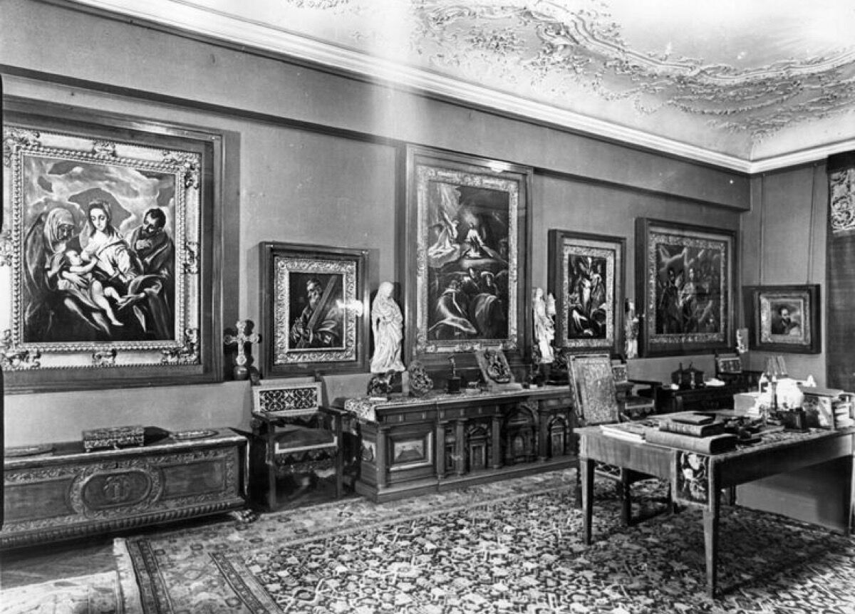 View of El Greco paintings hanging in Baron Mor Lipot Herzog's study before World War II. Image via the Herzog collection and LA Times.
