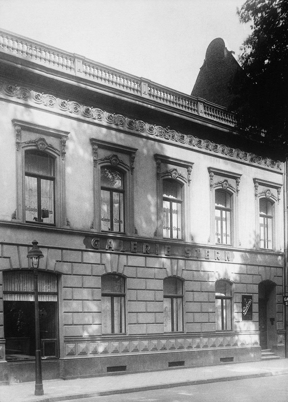 Galerie Stern in Düsseldorf, before 1937. Photo courtesy the National Gallery of Canada, via Wikimedia Commons.