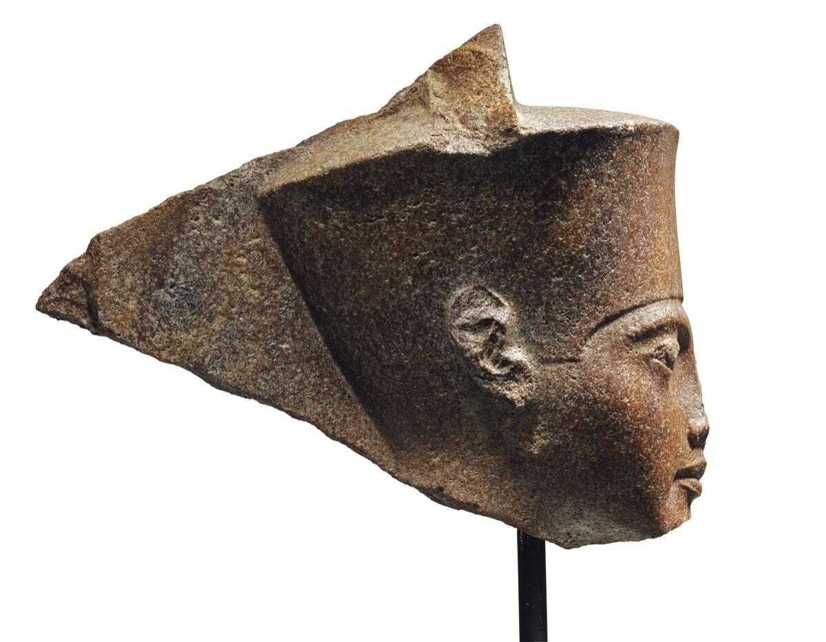 Una cabeza de cuarcita marrón egipcia del dios amén con las características del faraón Tutankamón, ca.  1333–23 AEC Cortesía de Christie & # x27; s.