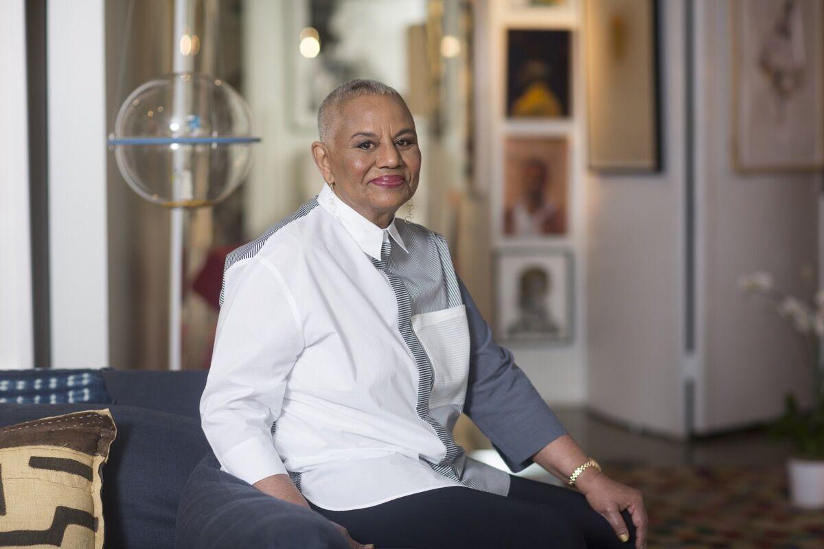 Peggy Cooper Cafritz en su casa llena de piezas de arte recolectadas, el 26 de agosto de 2015 en Washington, DC.  Foto de April Greer para The Washington Post a través de Getty Images.