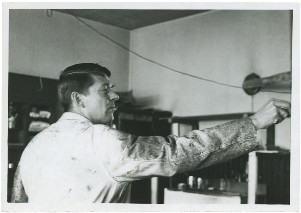 Richard Diebenkorn in his Triangle Studio, Berkeley, CA, 1962. Photograph by Phyllis Diebenkorn. Courtesy of the Richard Diebenkorn Foundation. Image © Richard Diebenkorn Foundation.