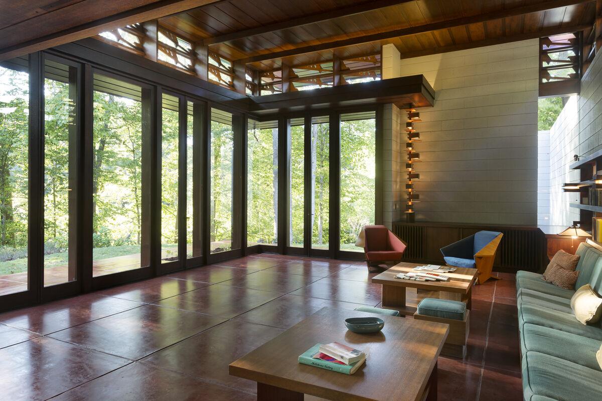 Living space oftheBachman-Wilson House designed by Frank Lloyd Wright in 1954.Courtesy ofCrystal Bridges Museum of American Art, Bentonville, Arkansas; photos by Nancy Nolan Photography.
