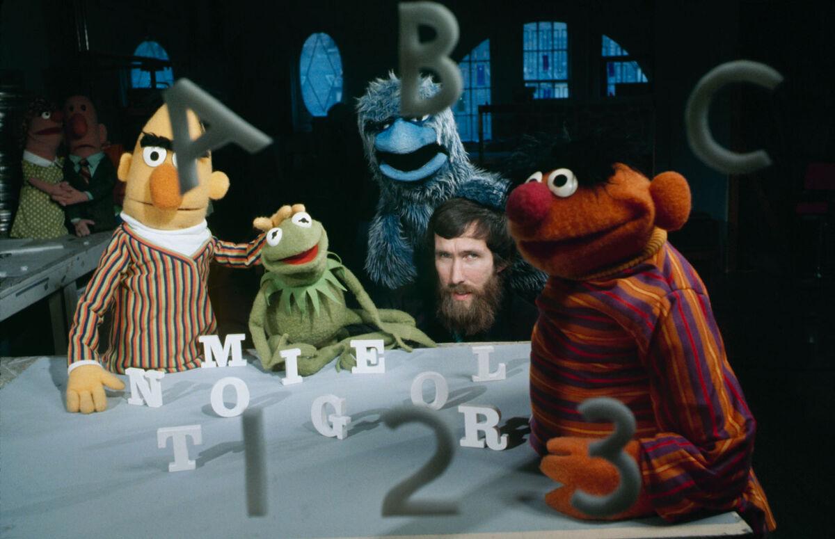 Titiritero Jim Henson con sus nuevas creaciones de los Muppets, incluidos Bert y Ernie, que ayudarán a enseñar a los niños su ABC en el programa de televisión The Children's TV Workshop.  Foto de Gray Villet / The LIFE Picture Collection a través de Getty Images.
