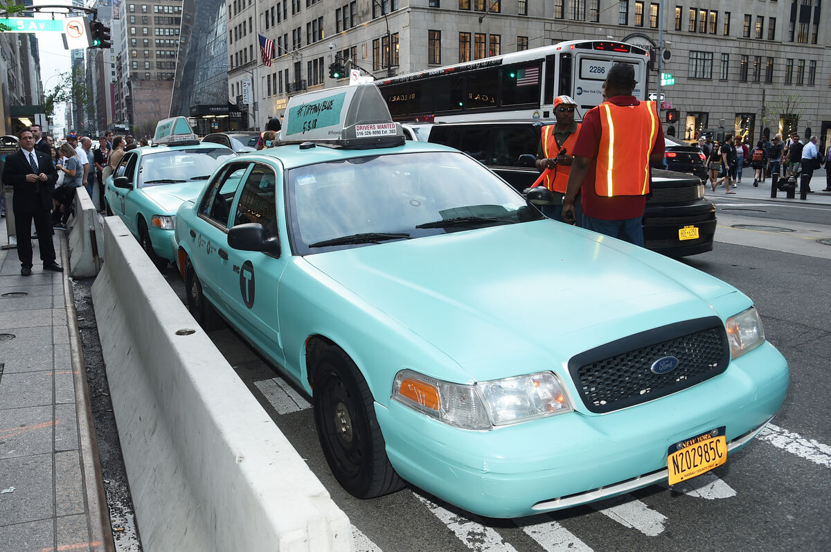 Tiffany blue taxi during the Tiffany & Co. Paper Flowers event and Believe In Dreams campaign launch, New York City, 2018. Photo by Jamie McCarthy/Getty Images for Tiffany & Co.